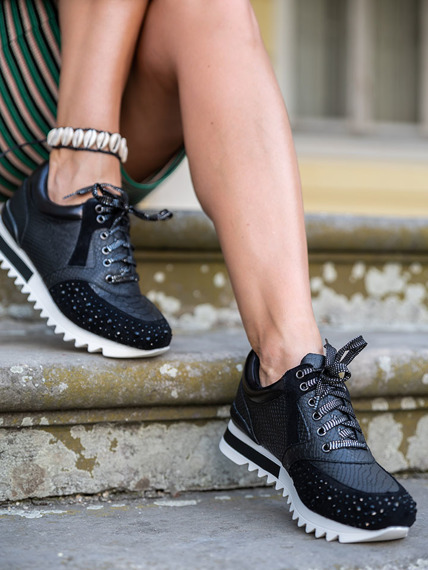 Black sneakers with Infinittale