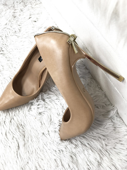 Classic High Heels with Gold Heel and Bow